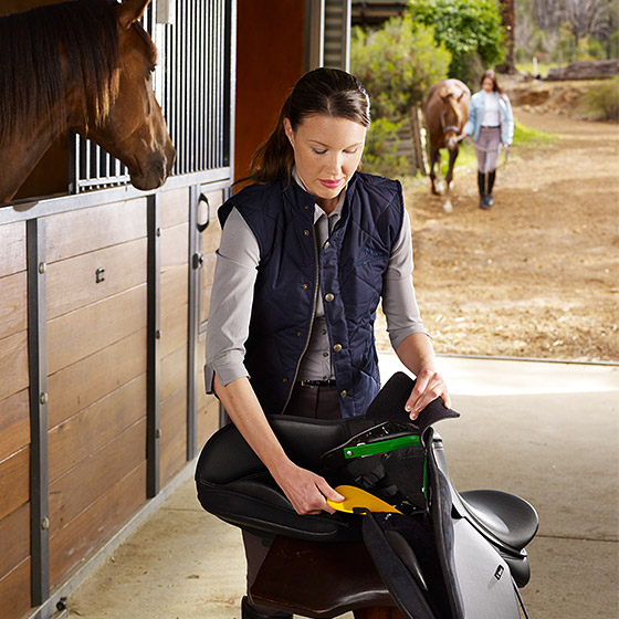 Using the EASY-CHANGE™ Gullet System to adjust a saddle's fit
